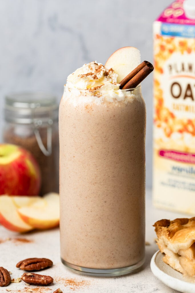 apple pie smoothie in glass